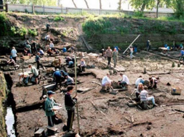 была найдена на древней мостовой холопьей улицы в слоях 14-15 веков на неревском археологическом раскопе